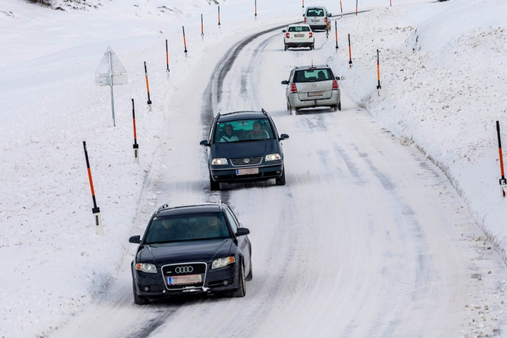 Mit dem Auto in die Winterferien – sicher unterwegs bei Eis und Schnee
