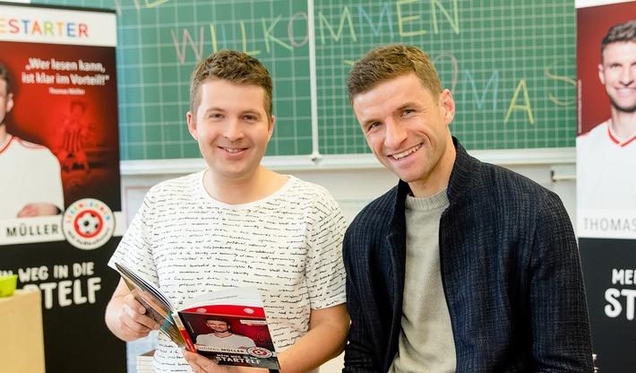 """KiKA-Moderator Tim Gailus trifft Fußballprofi Thomas Müller Medienmagazin """"Timster"""" zum Welttag des Buches"""