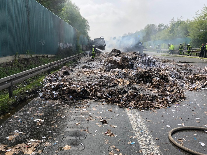 A1: Schwerer LK-Brand auf Autobahn