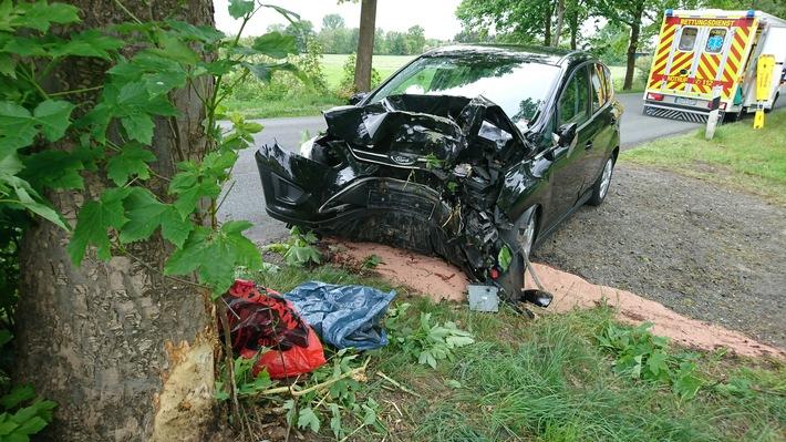 L118: Unfall mit PKW endete  mit lebensgefehrlichen Verletzungen am Baum
