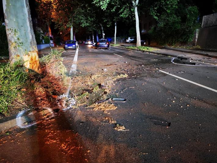 PKW kollidiert mit PKW und Baum – Fahrer schwer verletzt