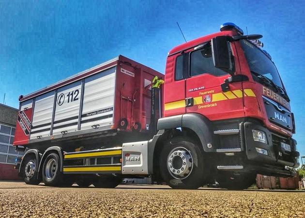 Unfall an Tankstelle:  Zapfsäule umgefahren Feuerwehr bindet Treibstoff und stellt Brandschutz sicher