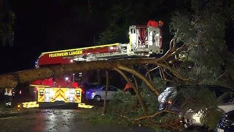 SCHWERE UNWETTER: Gesperrte Bahnstrecken, umgestürzte Bäume und abgedeckte Häuser