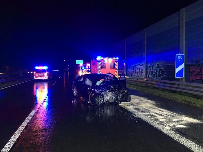 A46: Verkehrsunfall mit schwer beschädigten Fahrzeugen