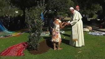 Vor Amazonas-Synode: Papst Franziskus pflanzt Eiche im Vatikan