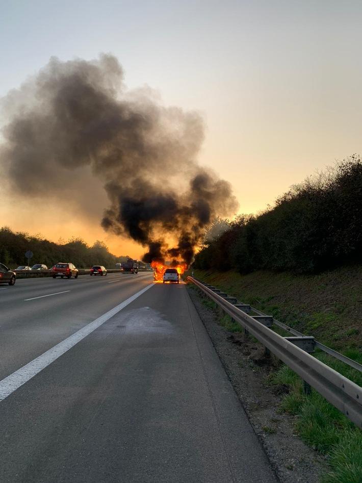 A2: Pkw brennt auf der Autobahn völlig aus