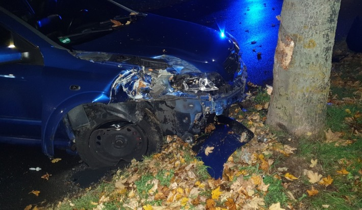 Fahrzeug prallt gegen Baum