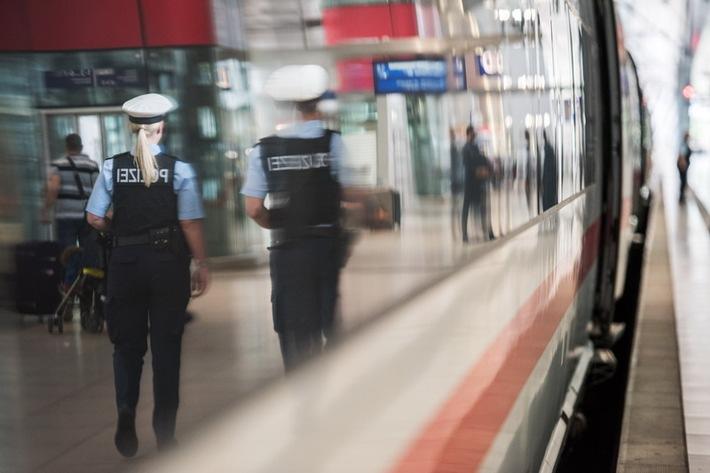 Mann schlägt Frau im Zug