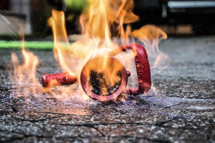 Feuerwehr löscht Brand in Autowerkstatt nach Verpuffung