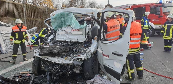 Schwerer nfall auf der A3: Kleintransporter fährt auf Sattelzug auf