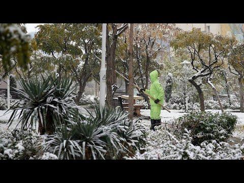 Plötzlicher Wintereinbruch: Heftiger Schneefall legt Teheran lahm