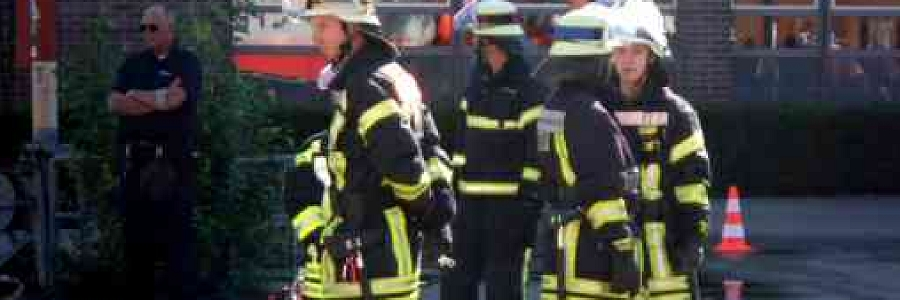 Bremen: Feuerwehr rettet eine Person aus brennendem Mehrfamilienhaus