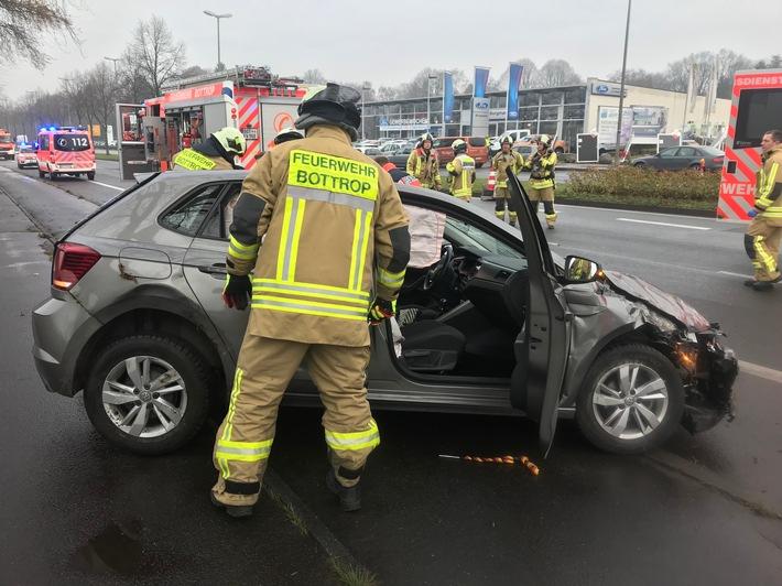 Fahrzeug übegschlagen: Unfall mit 3 verletzten Personen