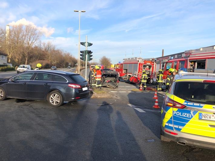 Eingeklemmte Person nach Unfall an Kreuzung