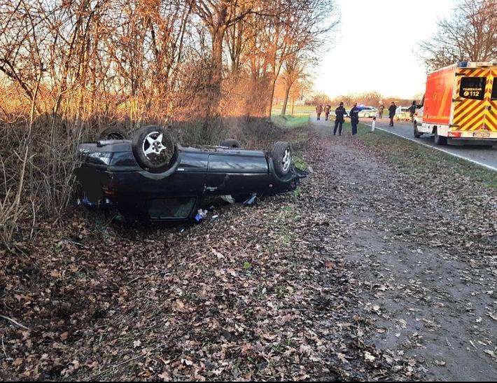 Schermbeck: Bei Unfall landet Auto auf Dack im Graben