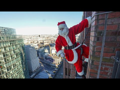Weihnachtlicher Stunt: Santa Claus seilt sich von Berliner Hochhaus ab