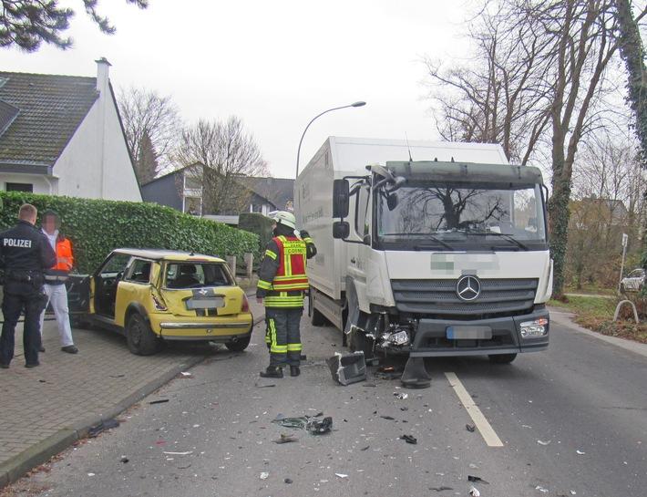 Hoher Sachschaden nach Verkehrsunfall mit Lkw