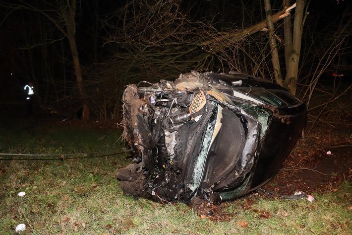 A43: Von der Fahrbahn abgekommen und mit Baum kollidiert – 23-Jähriger muss Blutprobe abgeben