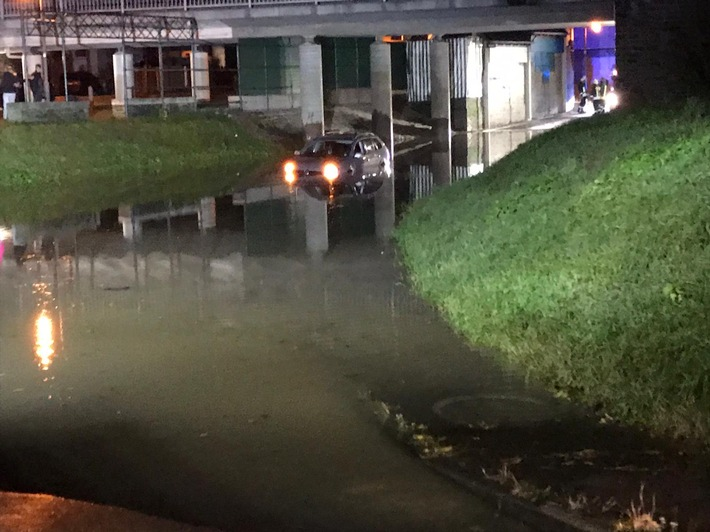 L192 / B53: Pkw-Fahrer folgt Navi und fährt ins Hochwasser