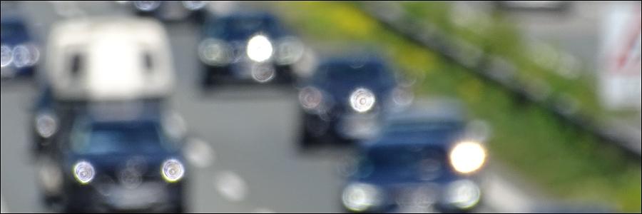 A43: Gegenstand zerstört Glasdach eines Autos