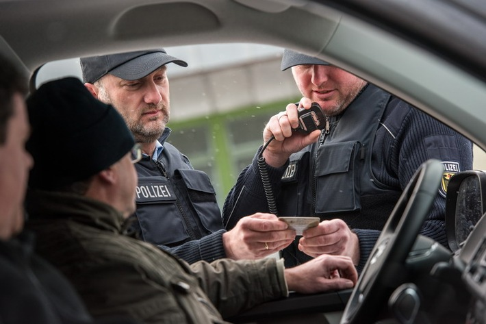 München: Mit über zwei Promille Unfall gebaut/ Bundespolizei vollstreckt Haftbefehl