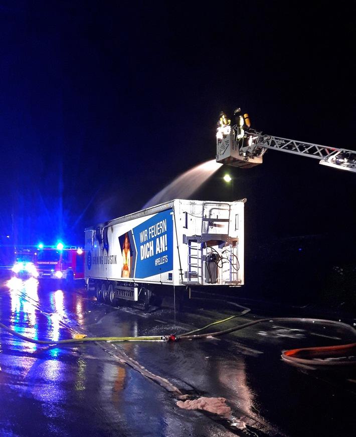 NRW: Feuer in offener Mulde eines Sattelzuges