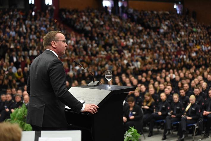 Minister Pistorius vereidigt über 1.100 Polizeistudierende