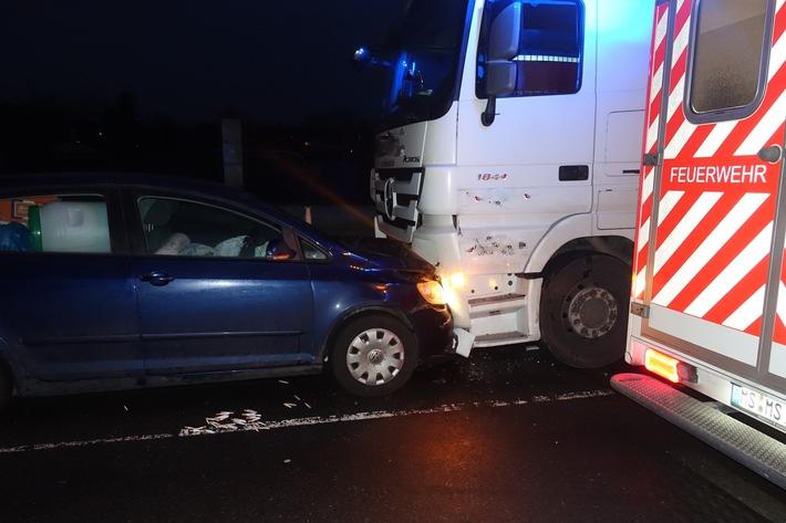 B51: Übermüdeter Autofahrer fährt frontal gegen 40-Tonner