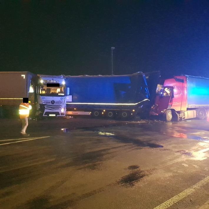 A61: LKW-Unfall mit verletzter Person auf  Raststätte