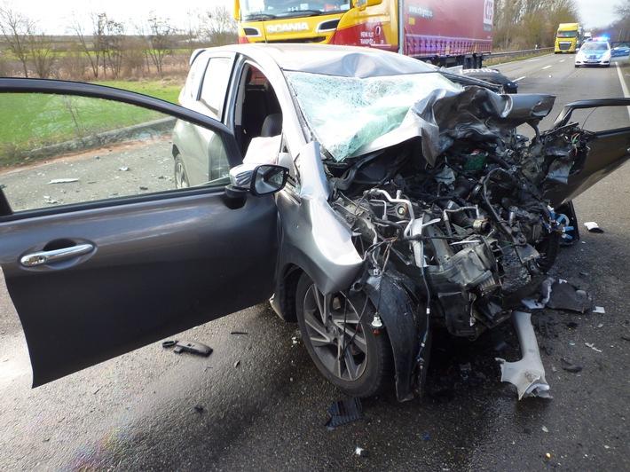 L425: Tödlicher Verkehrsunfall zwischen Lkw und Pkw