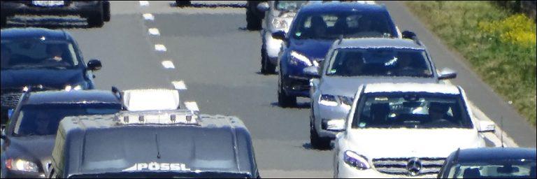 A31: Durch Radio abgelenkt – Auto landet auf dem Dach