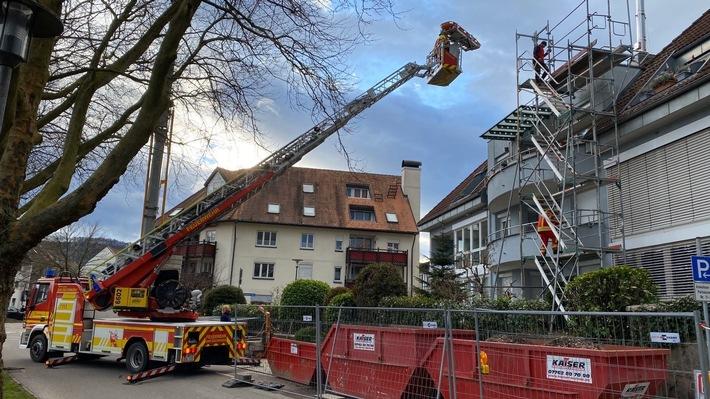 Bad Säckingen: Feuerwehr rettet jungen Dachdecker