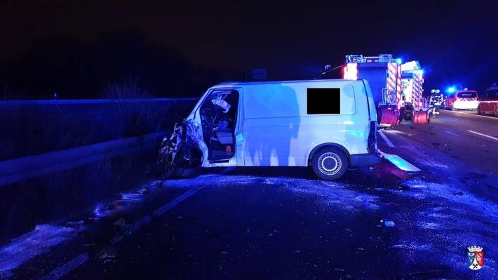 A3: Kleintransporter landet bei Unfall in Leitplanke