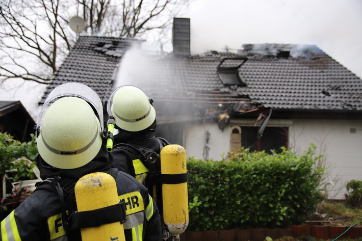 Drei Verletzte:  Großfeuer zerstört Einfamilienhaus