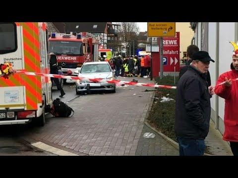 Hessen: Auto rast in Fastnachtsumzug und verletzt dabei 30 Personen und 7 schwer