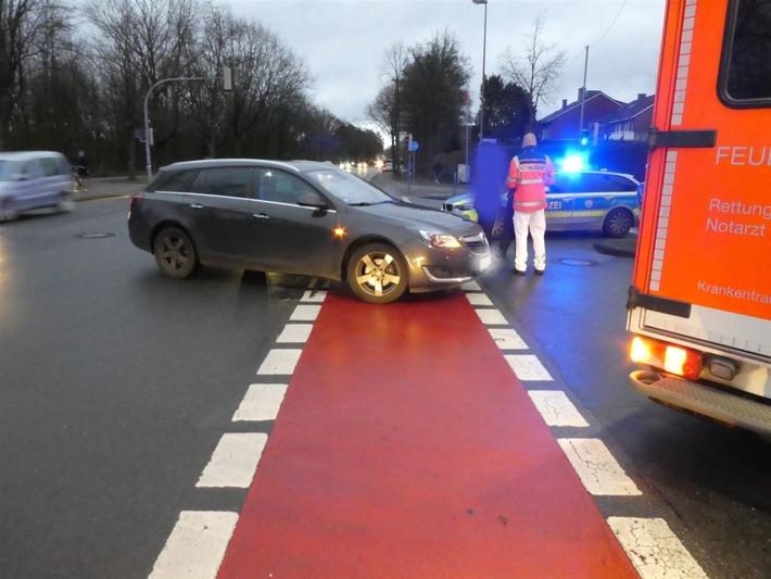 NRW: 19-jährige Fahrradfahrerin von abbiegendem Auto verletzt