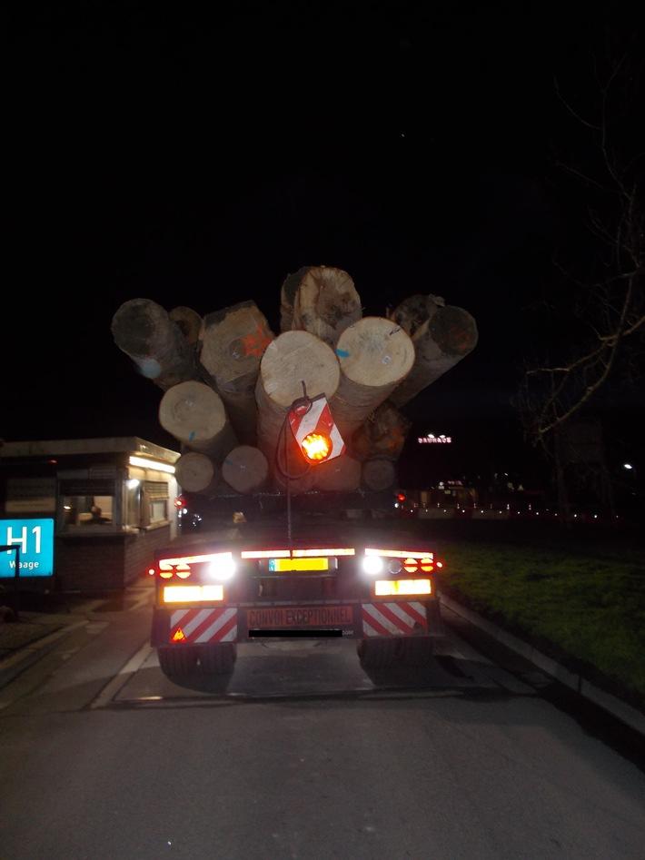 A6 / A8: Zwei überladene Holztransporter auf Autobahn gestoppt