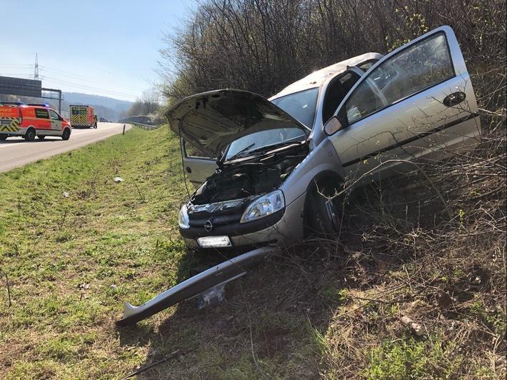 A2: Pkw fährt auf der Autobahn die Böschung hoch und erlitt schwere Verletzungen