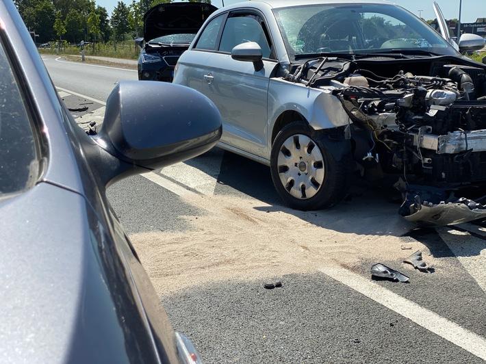 Alpen: Zwei zeitgleiche Verkehrsunfälle mit auslaufenden Betriebsmitteln