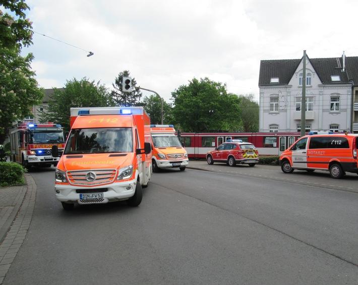 Dinslaken: Radfahrerin von Straßenbahn erfasst