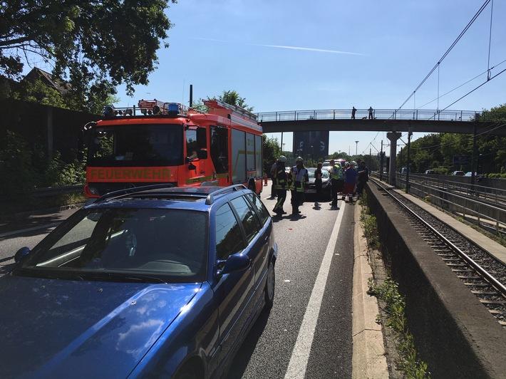 A40: Unfall mit 3 Fahrzeugen und verletzten Personen