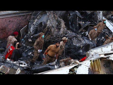 Mindestens 97 Tote: Flugzeug stürzt in Pakistan über Wohngebiet ab