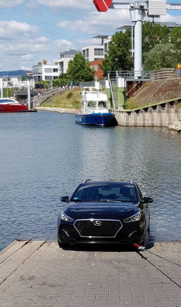 Wiesbaden – Auto rollt in den Schiersteiner Hafen