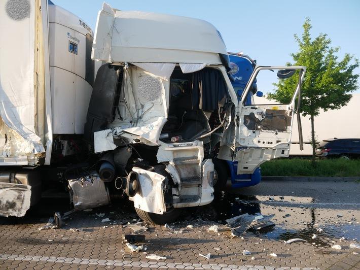 A1: LKW verunfallt auf Autobahnparkplatz – Zwei Verletzte und hoher Sachschaden