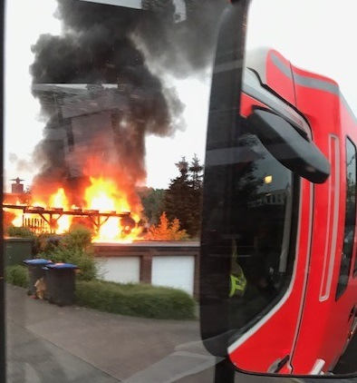 Bottrop: Brennt PKW unter Carport – Feuer droht auf Wohnhaus überzugreifen