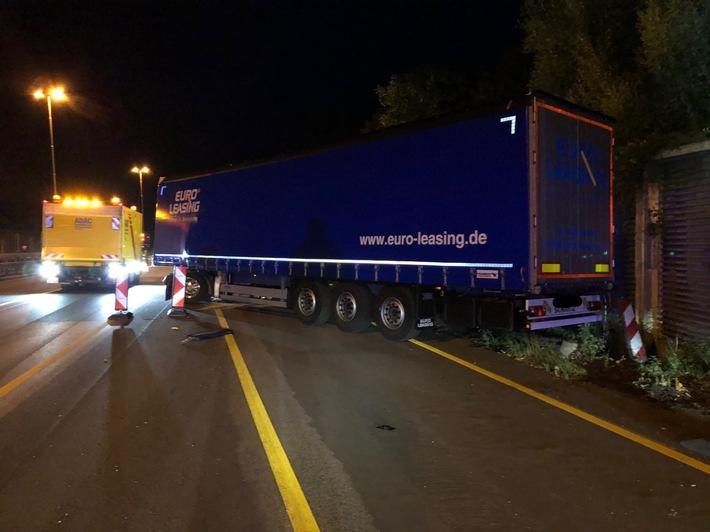A1: Hoher Sachschaden bei Verkehrsunfall mit Sattelzug  und anschließend Sperrung der Richtungsfahrbahn