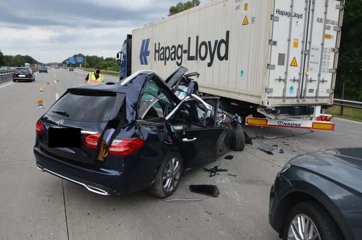 A1: Wahrscheinlich durch überhöhte Geschwindigkeit Stauende übersehen und unter LKW geraten