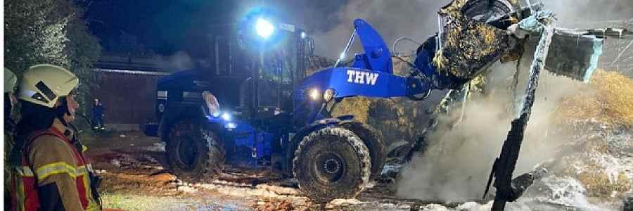 Lübeck: THW unterstützt Löscharbeiten bei Scheunenbrand mit schwerem Gerät