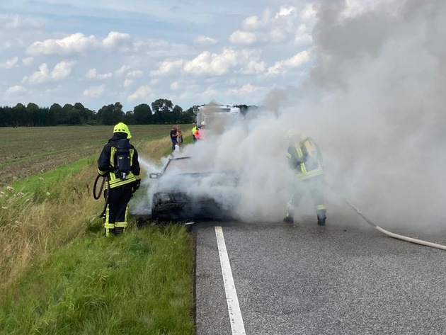 B77: Fahrzeugbrand bei Jevenstedt
