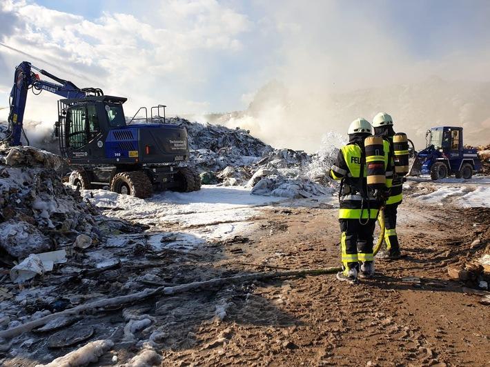 Großalarm: 500 Tonnen Sperrmüll in Deponie geraten in Brand